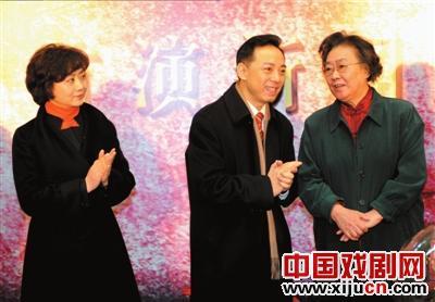 余奎志、李胜素、陈少云和民谣歌手连丽如在同一舞台上表演京剧和民谣。