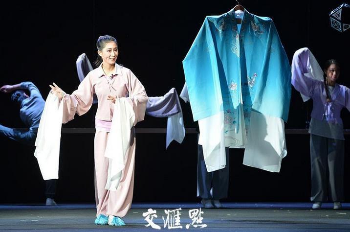 """一部京剧《青衣》凭借其""""戏服""""和巧妙的伏击赢得了全场的掌声。"""
