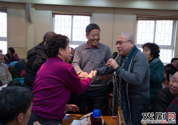 天津评剧白排剧团的著名新人将著名的评剧片段送到了老百姓的家门口。