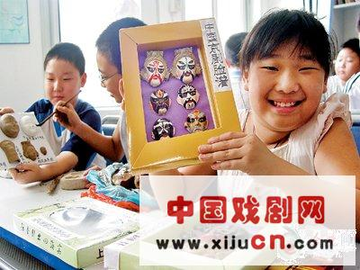 通过学习唱京剧和画京剧脸谱,培养了孩子们对中国戏曲精髓的兴趣(图)