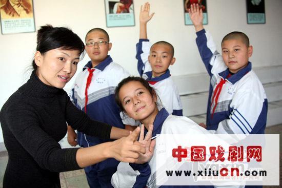乌鲁木齐第十三中学开设了一个京剧班,有10名学生,由市京剧团的专业教师授课。