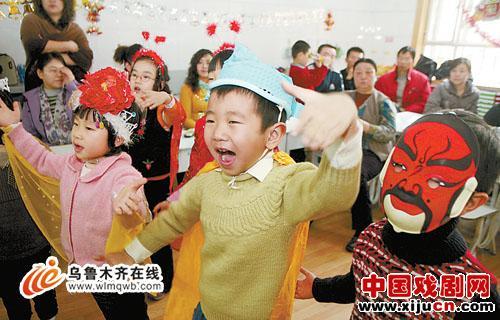 """让孩子们""""听京剧,看京剧,学京剧"""""""