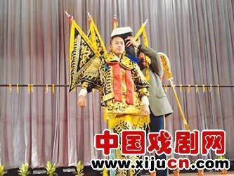 """京剧剧团将举办一场""""非常激动人心的——京剧脸谱服装表演和歌剧表演晚会"""""""