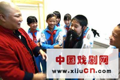 浙江京剧团新发行的《荷花灯》将在北京长安大剧院与观众见面。