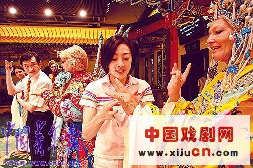 近200名国际奥委会官员的妻子和他们的孩子体验了京剧的魅力。