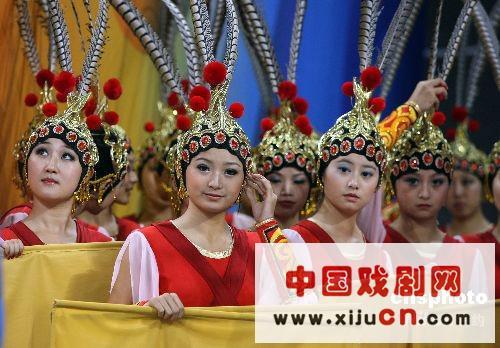 一个全身的中国京剧剧团准备在舞台上表演(照片)