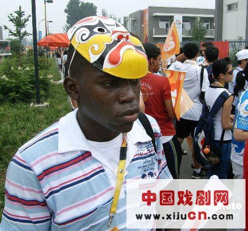 外国朋友带中国京剧脸谱去北京(照片)