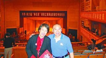 50岁以上夫妇在磁带上形成的京剧边缘