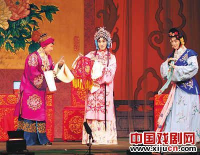 北京京剧院的年轻演员向台湾同胞赠送了经典戏剧,如《索林胶囊》、《四郎拜望母亲》和《宇宙前线》
