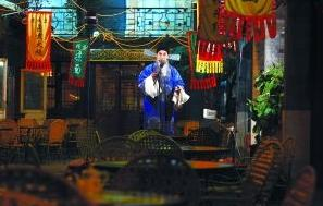 王府井小吃街的京剧舞台从未停止过