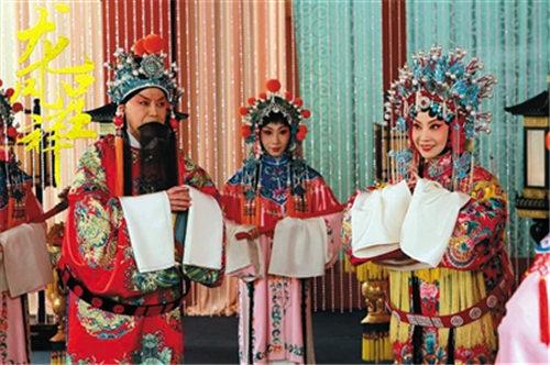京剧电影《繁荣中的龙凤》在新年的第一天在全国发行。