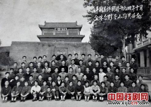 1974年,冯润县平举集团在山海关拍了一张照片