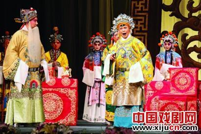 """国家京剧剧院""""龙凤盛世""""的""""冠军""""今天在上海揭幕。"""