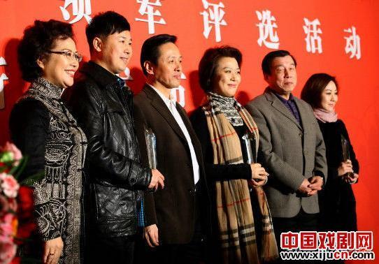 """""""每周一明星——北京京剧院在大戏下开展基层活动""""和""""杰出青年领袖""""评选活动正式启动"""