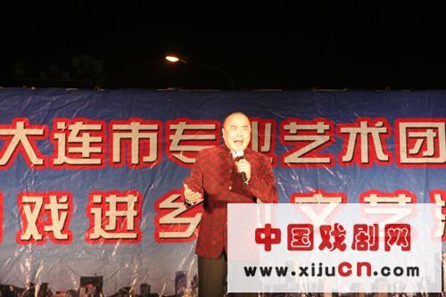 大连京剧团60多名演员在自愿的基础上举行了京剧专场演出(照片)