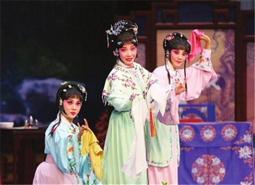 天津平剧白排剧团改编的著名古装剧《雪玉霜》成功首映。