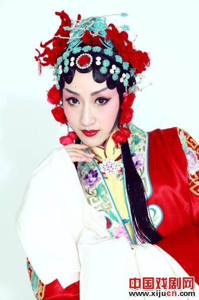 """花旦主持人许李佳与京剧服装收藏家冯长城合作,""""北京的第一个案例"""""""
