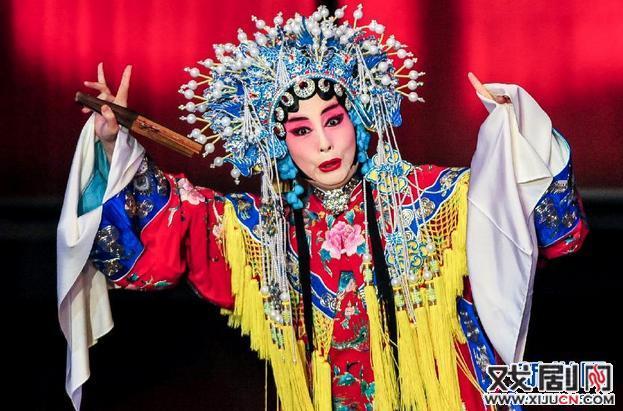 在美国跳京剧凤袍:孙平,他的妻子和弟子邵振坤表演京剧《醉妃》