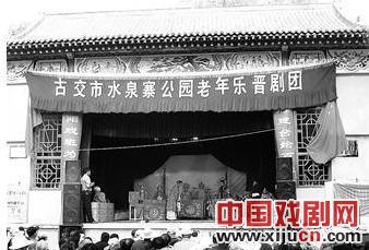 水泉寨公园舞台已经投入使用,连续播放3天。