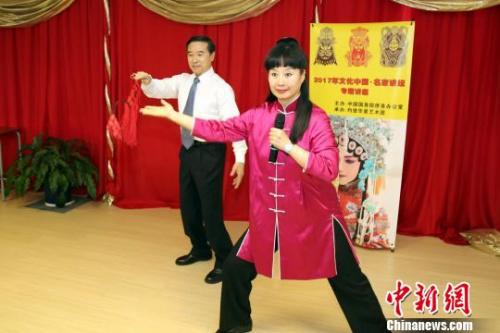京剧大师孙平和叶锦森夫妇向数百名海外华人教授京剧艺术