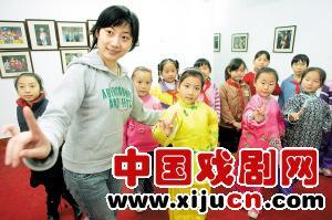 南开区艺术小学每周邀请京剧业余爱好者和专业演员到学校志愿辅导京剧儿童。