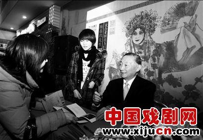 梅宝九在北京签署了被80后抢购的专辑《醉妃》和《太真实了,不能出国》。