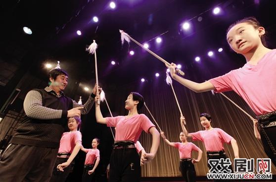晋中艺术学校戏剧专业的老师和学生正在认真排练晋中戏曲剧目