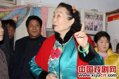 鞠萍著名表演艺术家洪英拜访歌剧迷。