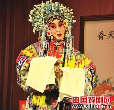 60岁的戏剧演员王伟正在举办一场京剧个人演唱会。