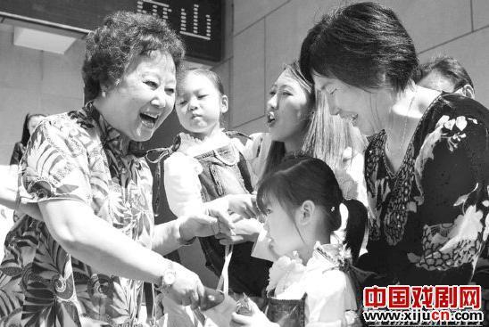 """顾文悦参加了""""鞠萍流派的传承与发展""""学术会议,并与广大戏曲爱好者交流了鞠萍歌唱艺术。"""