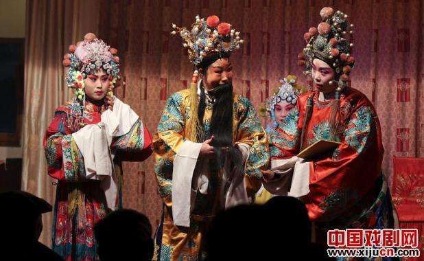 晋剧《打金枝》在太原市夏媛购物中心附近的老年活动场所上演