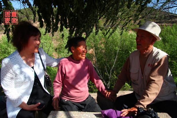 榆县戏剧协会去农村看望村里的一个四口之家
