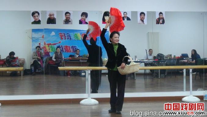 张曙光主演了11月6日首映的大型民谣《社区家庭》。