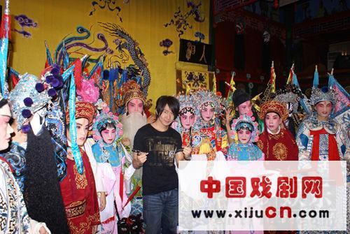 林俊杰和一群京剧演员在湖广会馆学习京剧(照片)