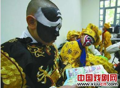 北京大学附属小学的学生在北京大学百年礼堂举行了一场特殊的京剧表演。