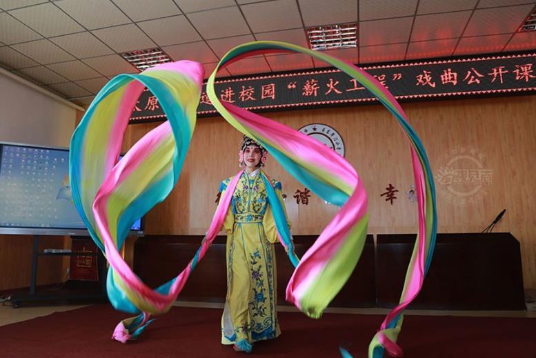 晋剧表演艺术家高崔莹、魏秦简、牛建伟、张俊芳等为孩子们表演了他们最好和独特的技艺。