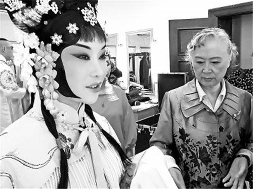 刘长瑜来汉教京剧《春草进宫》