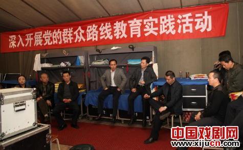 前往基层演出一线(灵石),向团委全体演职人员表示慰问。