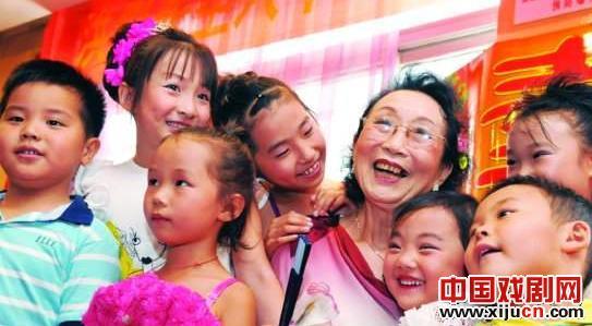 平剧红牌艺术协会名誉主席洪英在82岁生日时很高兴接待了3位新弟子。