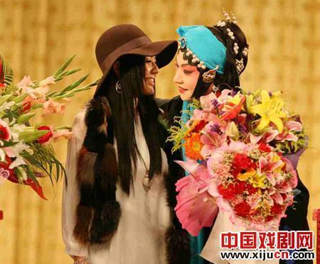 Aoi与京剧大师梅宝九和他的弟子胡文阁先生合影。