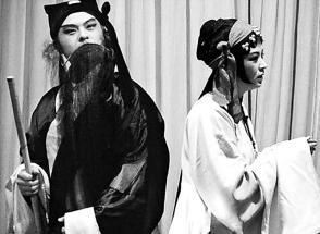 北京平剧剧团上演了两部主要戏剧《卖妙郎》和《母亲》
