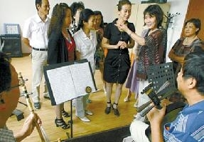 """京剧主教老师田玉柱带来了一门关于""""夸张写意艺术歌唱幸福生活""""的京剧演唱技巧课"""