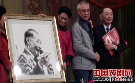 梅宝九和吴汝钧参加了天津首届京剧粉丝节。著名戏曲人物画家刘洪林展示了一幅巨大的京剧人物画。
