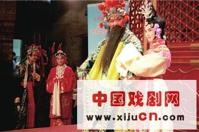 来自台湾和大陆的12对夫妇在老舍茶馆的表演大厅同台表演著名的京剧《牡丹亭》。