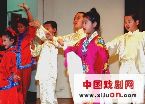 福建快乐天使为出色的京剧表演欢呼雀跃