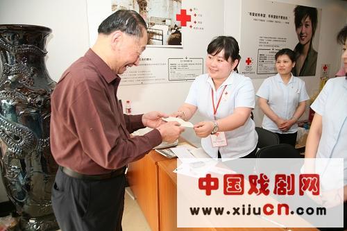 京剧艺术家梅宝九通过中国红色基金会捐赠了5000元