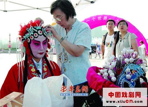 20名海岛城市选民在奥林匹克文化广场表演京剧(照片)