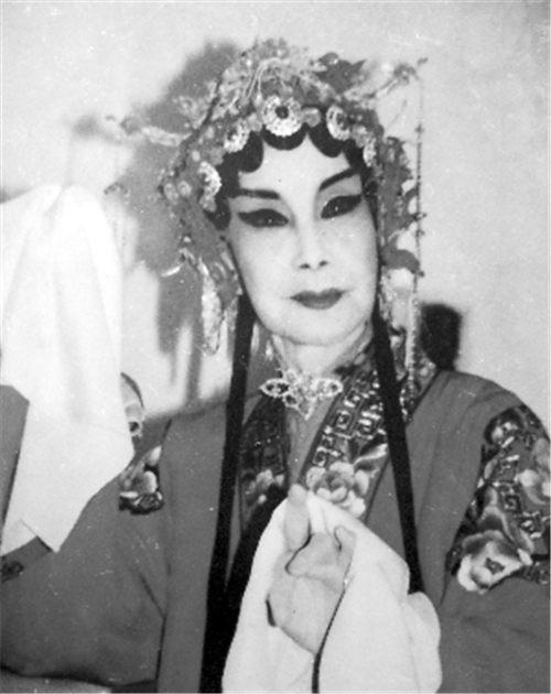 年纪很大的辛秋艳在舞台上表演,在国内外梨园圈引起轰动。