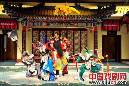 中国京剧学校传承班的学生表演了京剧《钟馗娶妹妹》