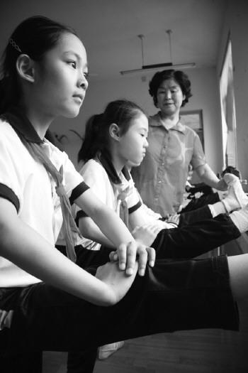 66岁的张修连教100名小学生京剧